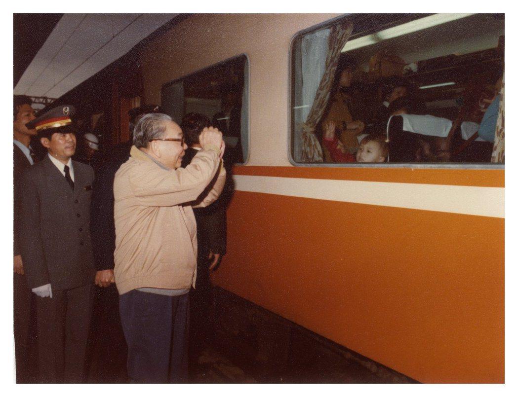 蔣經國堪稱庶民政治的始祖,圖為當年在小年夜前往台北火車站關心民眾返鄉情況。 圖/...