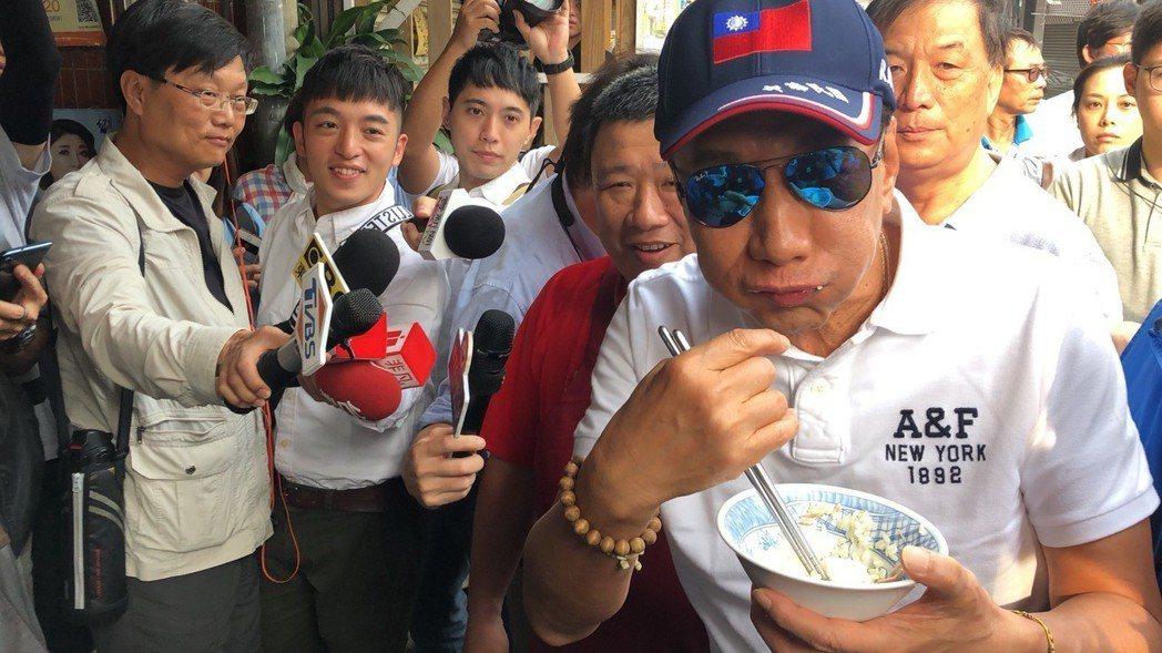 鴻海董事長郭台銘下鄉「博感情」,2分鐘站著吃完雞肉飯。 圖/聯合報系資料照片