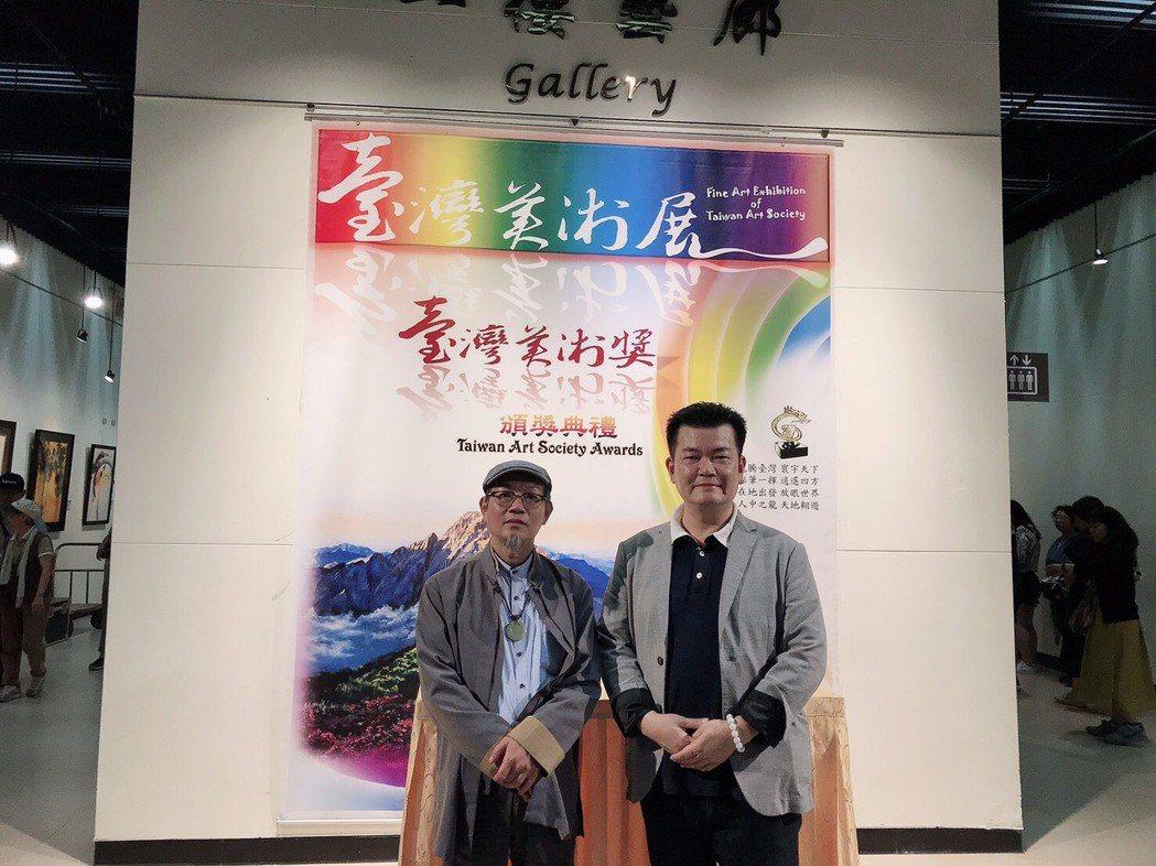 日前台灣美術協會理事林吉裕(筆名:五兆)(右)在台北市中正紀念堂展出是近年來在亞...