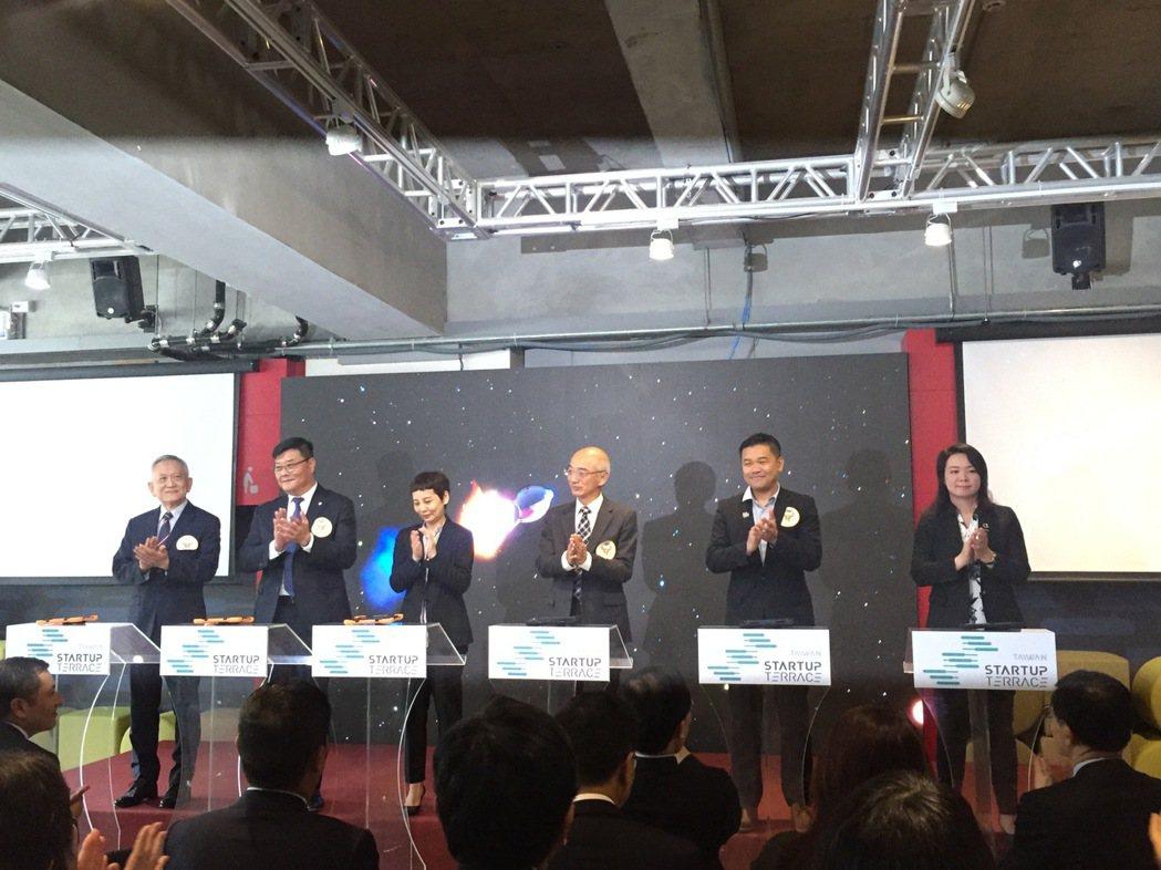 國際代表出席MOU簽署,世界台灣商會聯合總會總會長游萬豐(左二起)、AWS大中華...