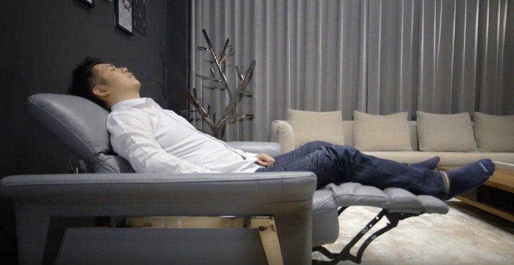 大漢家具電動沙發提供頭頸腿部多種角度變化調整,滿足微躺、仰躺等需求。 大漢家具/...