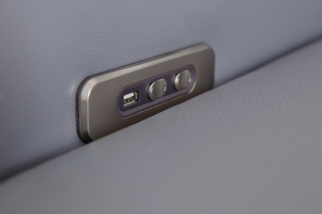 電動沙發配有USB插孔,滿足現代人需求。 大漢家具/提供