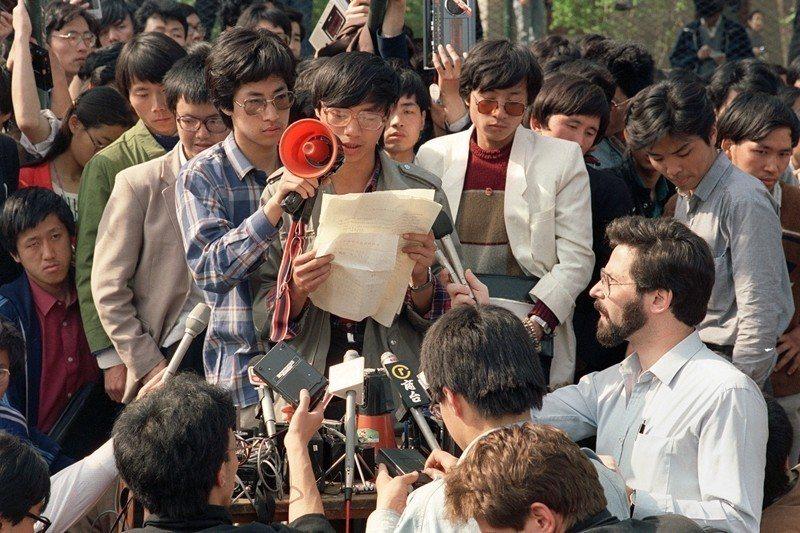 圖為八九學運領袖之一王丹(中),攝於1989年5月1日,北京天安門。 圖/法新社