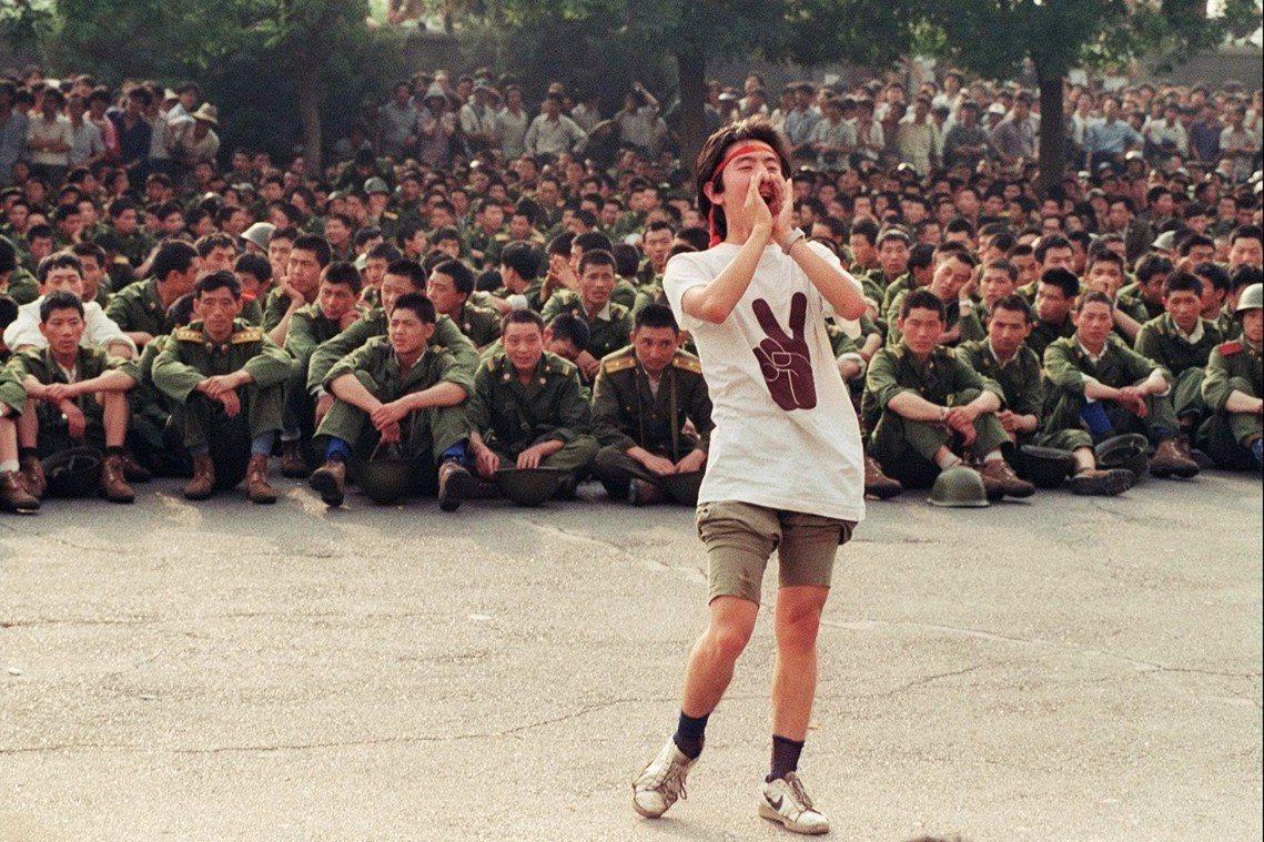 3日,一名學生向進逼的軍警喊話、要求撤退回家。法新社 Catherine Hen...