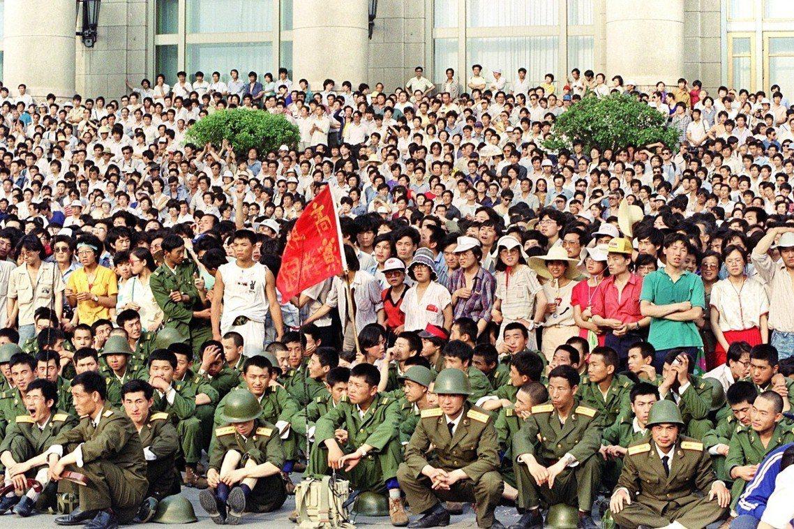 3日,人民大會堂前,軍警與民眾的對峙。法新社 Catherine Henriet...