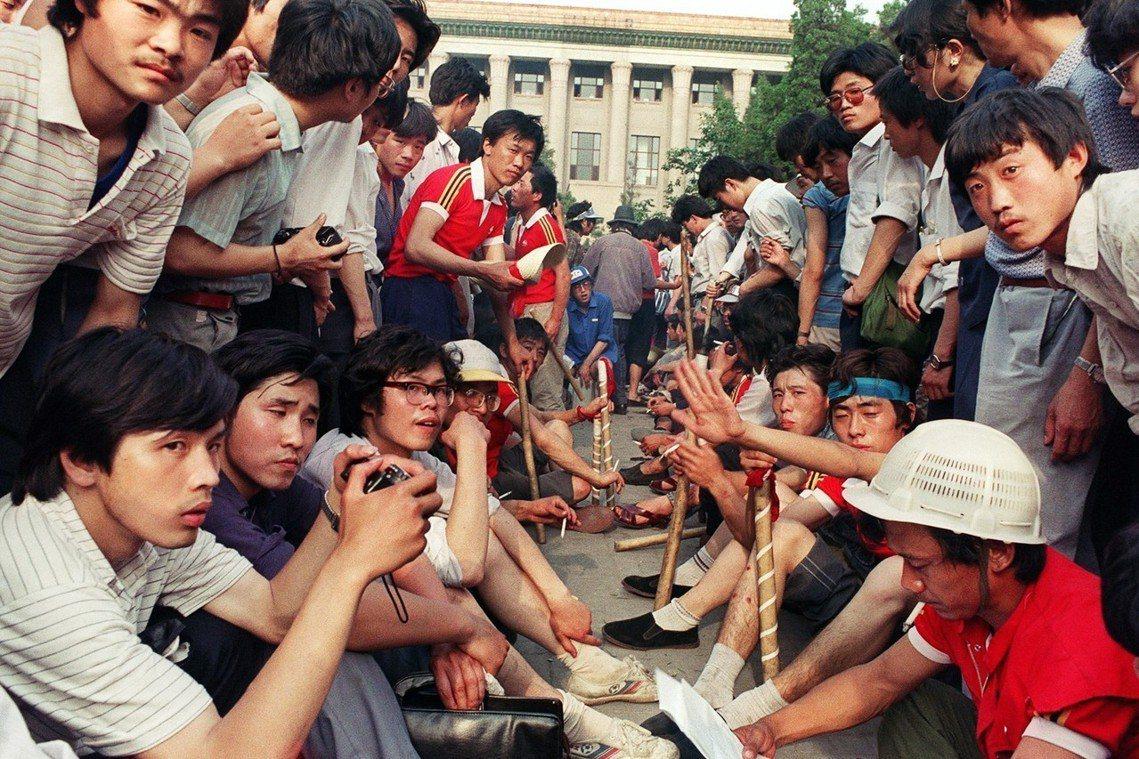 人民大會堂前的學生與工人團體,嚴防軍警進場。法新社 Catherine Henr...