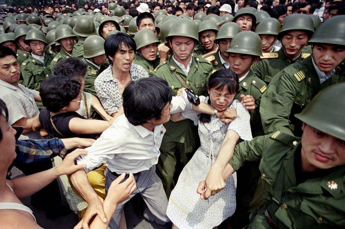 3日下午,軍警與民眾衝突升高,圖為軍警試圖拉開前來攔阻軍隊的民眾。美聯社 Jef...