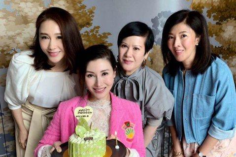 香港女星李嘉欣、黎姿兩人都淡出演藝圈多年,一個嫁入豪門,另一個也是嫁給富商,還成為上市醫美公司的CEO,兩人最近難得同框,讓網友見到兩位女星的凍齡美顏。李嘉欣20日將迎來49歲生日,閨蜜們難得聚在一...