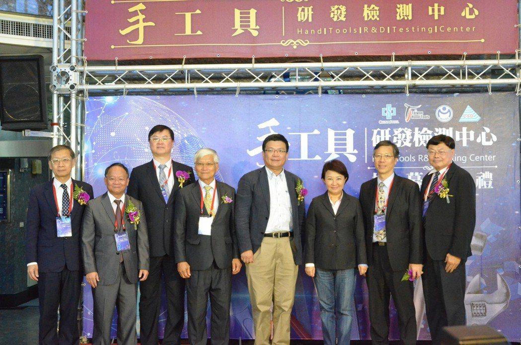 中鋼公司執行副總王錫欽 (左起)、手工具公會理事長游祥鎮、技術處處長羅達生、金屬...