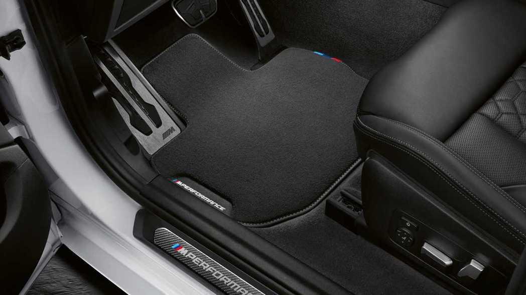 碳纖維迎賓踏板和地毯上都看見M Performance字樣。 摘自BMW