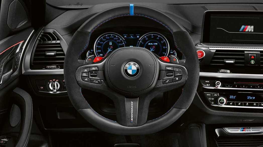 三種材質包覆的M Performance Pro方向盤。 摘自BMW