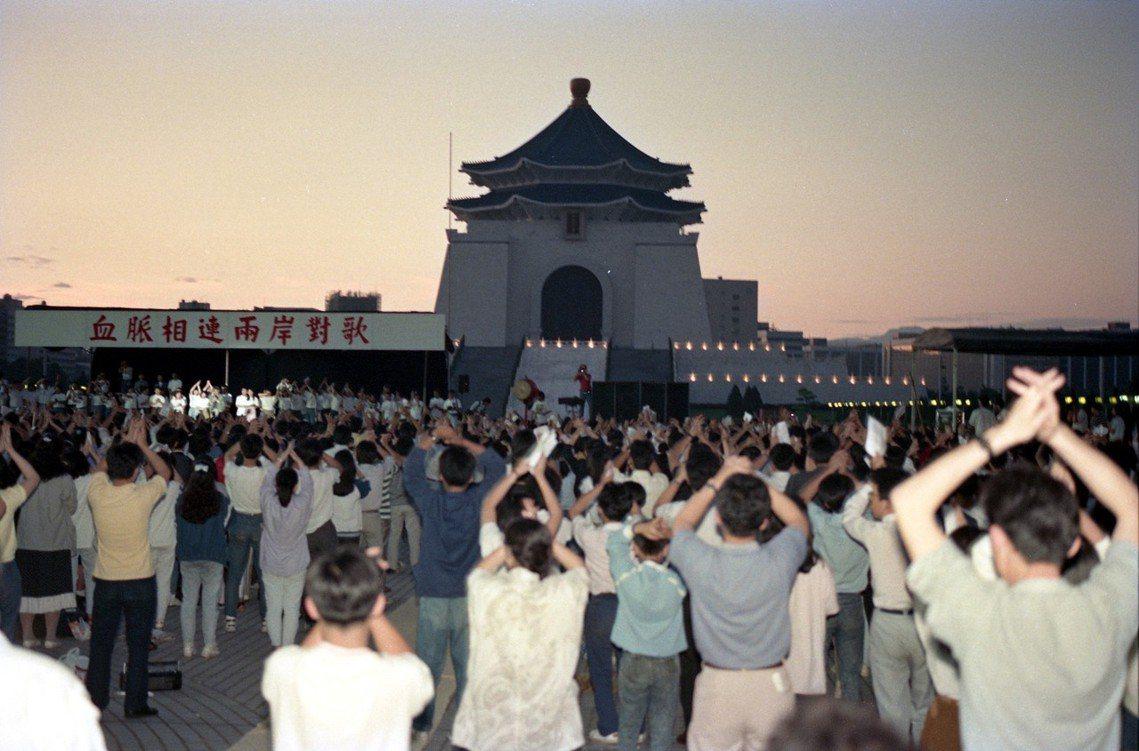 主辦原規劃,《兩岸對歌》活動的第一波高潮,將是3日晚間10點,由侯德健在北京連線...