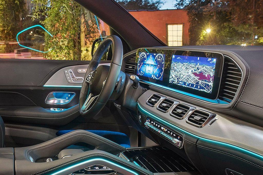 賓士GLE搭載12.3吋數位觸控顯示螢幕,搭上MBUX多媒體系統,讓駕駛可更專注...