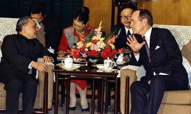 老布希在1975年擔任駐北京聯絡代辦處代表期間,在北京會見中華人民共和國國務院副總理鄧小平。老布希的中國經驗也影響了未來對中國的看法。 圖/美聯社