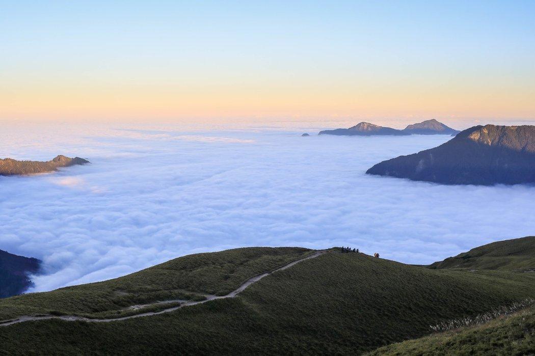 合歡北峰往東一望,雲海滿覆的立霧峽谷之中,埋藏著屬於台灣、太魯閣族人們的偉大故事與老家。