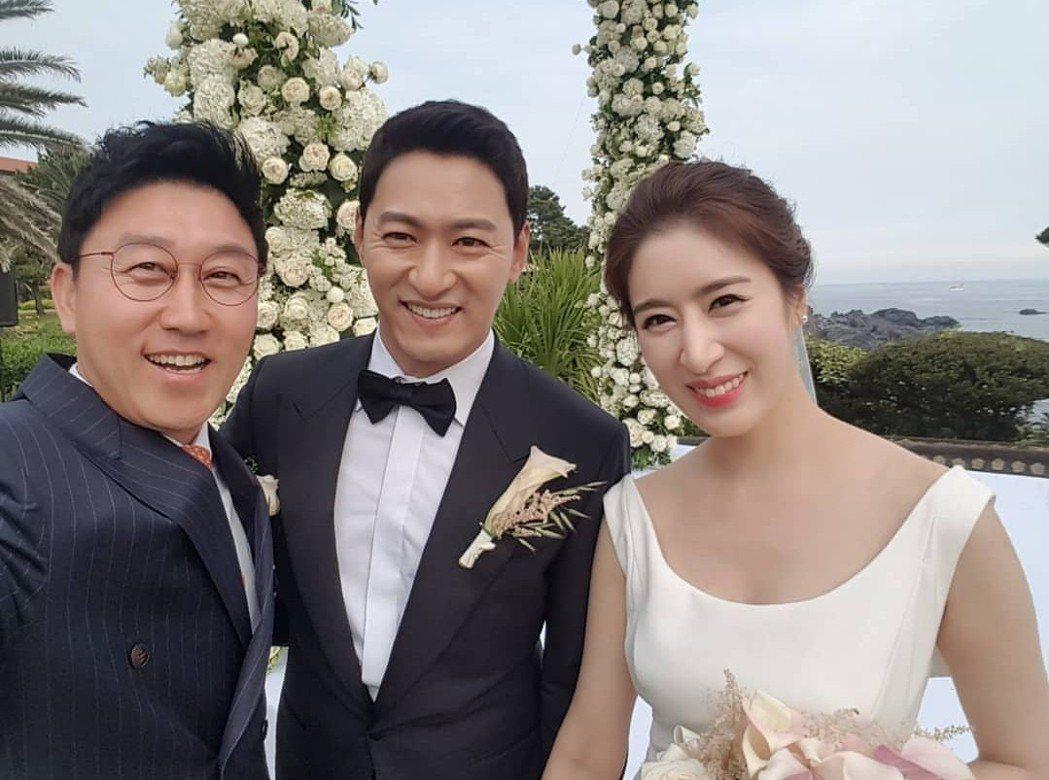 KBS主播金賢昱和新人合照合照。圖/摘自twindaddy_hyunouk IG