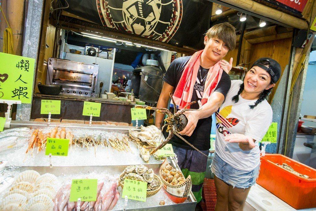 杜詩梅(右)與老公在花蓮開海鮮燒烤店。圖/伊林提供