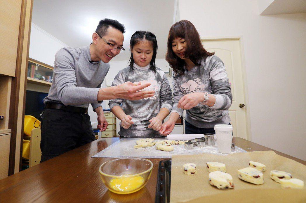 余佩琪(右)在家教女兒做司康,訓練手部肌肉,未來有意規畫小作坊,開創女兒和其他病...