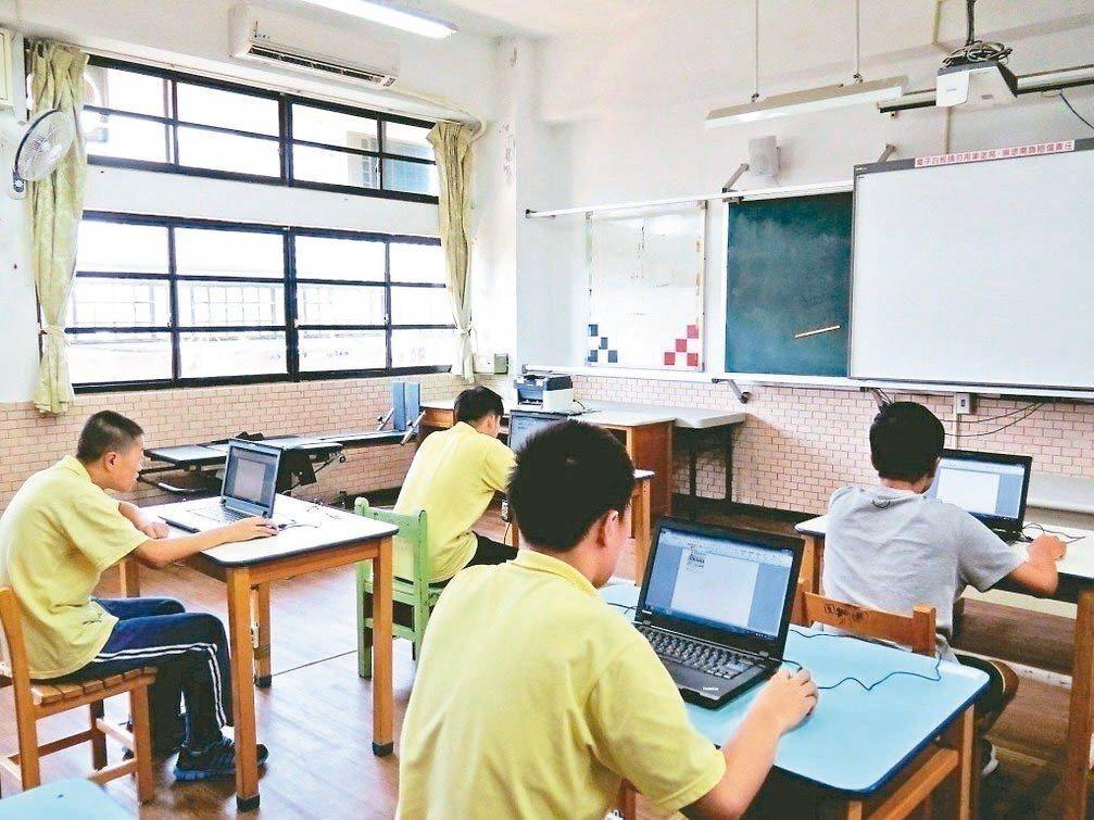 雲林縣政府評估國中小學全面裝冷氣得花6.4億元。圖/報系資料照