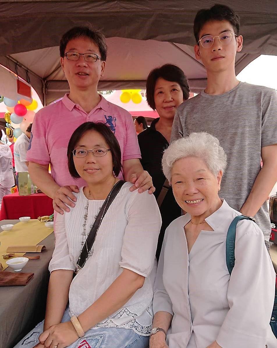 邱瀞緯(後排右)是家中第三代製茶師,從小在茶園長大。記者卜敏正/攝影