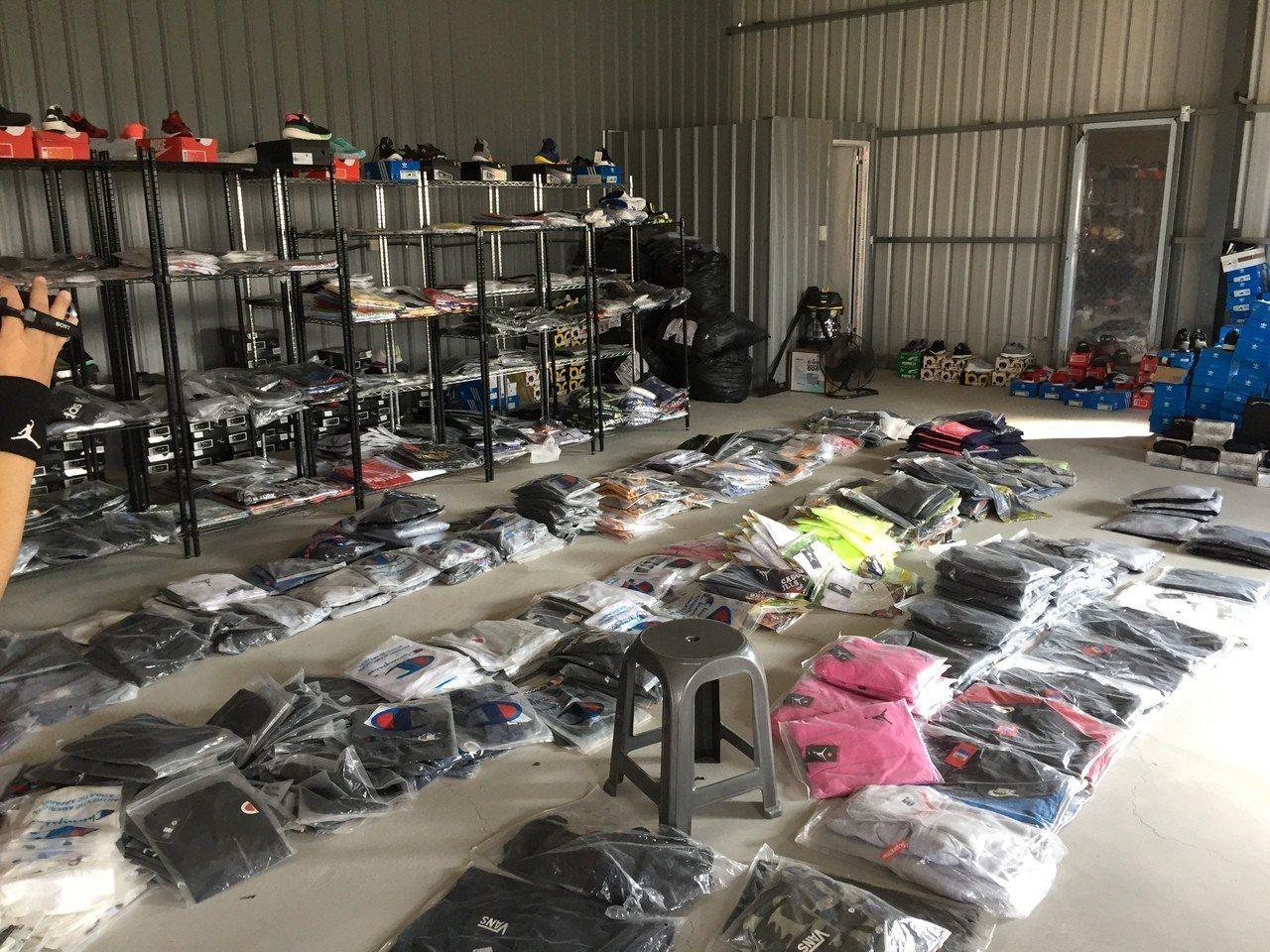 郭男夫婦下單向大陸製造工廠訂購仿冒阿迪達斯、彪馬、耐吉等名牌服飾,在臉書成立55...