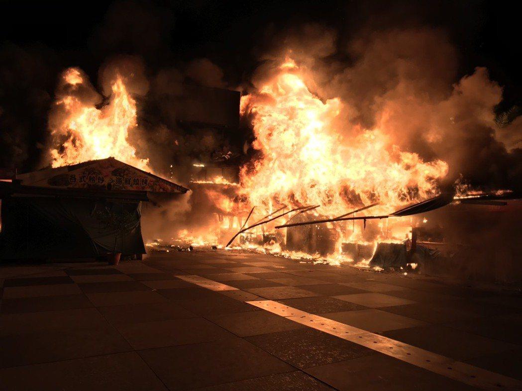 今日深夜東大門夜市發生火災。圖/花蓮縣消防局提供