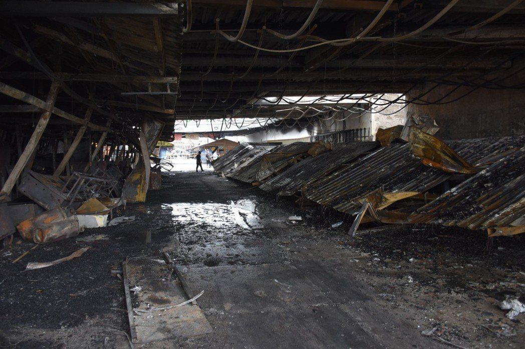 因夜市攤商建築相連在一起,讓火勢一發不可收拾。記者王思慧/攝影