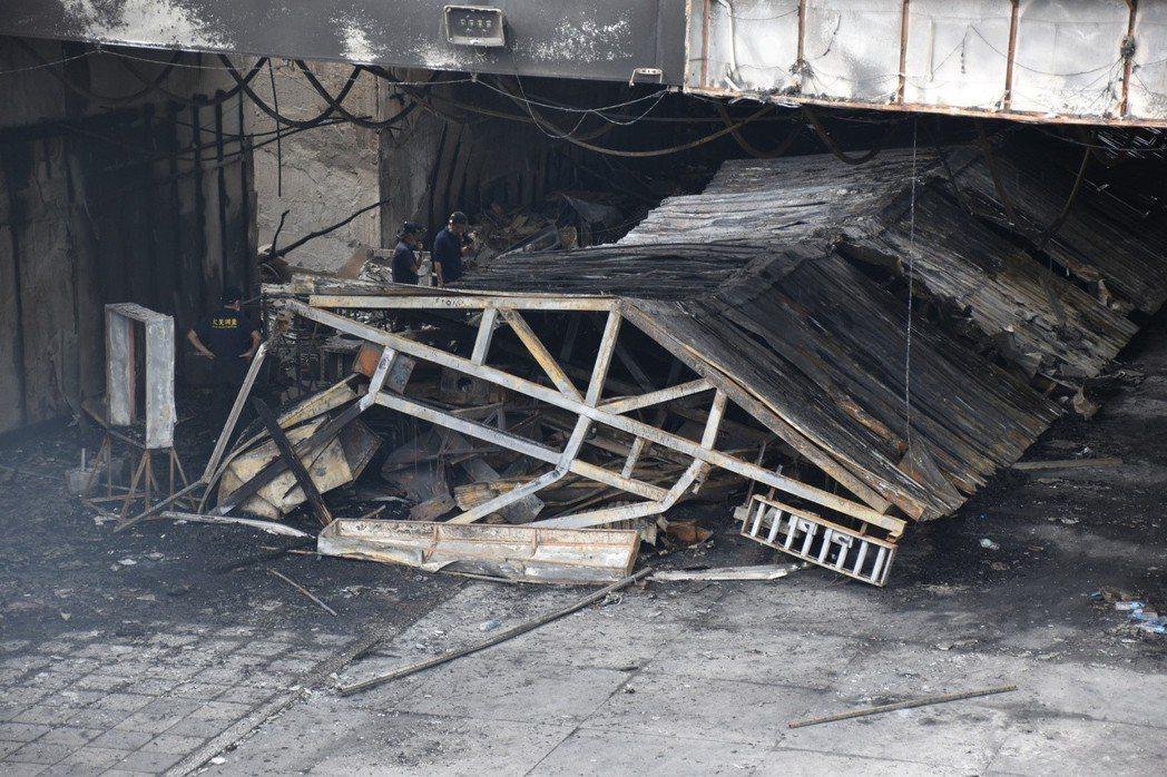 夜市整個鐵皮屋頂因大火崩塌。記者王思慧/攝影