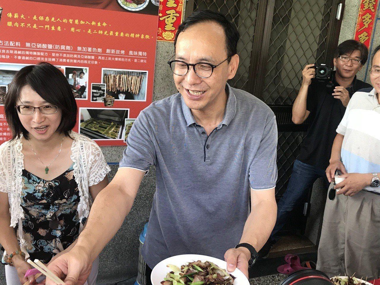 朱立倫炒臘肉。記者江國豪/攝影