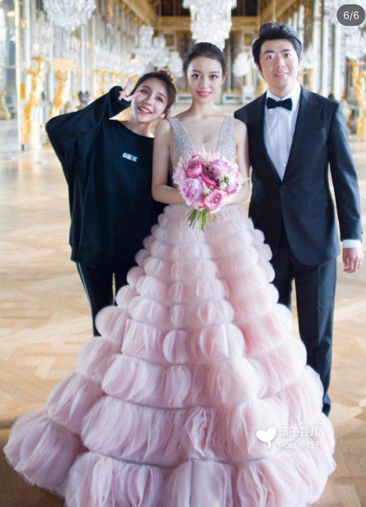 吉娜愛麗絲換穿了多套婚紗,其中一件粉紅色泡泡蓬裙還是出自台灣婚紗晚宴服品牌Nic...