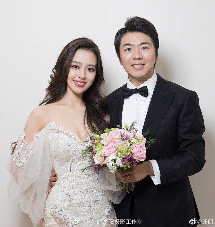 著名鋼琴家郎朗昨日在法國巴黎完成終身大事,新娘是今年24歲的德韓混血鋼琴家吉娜愛...