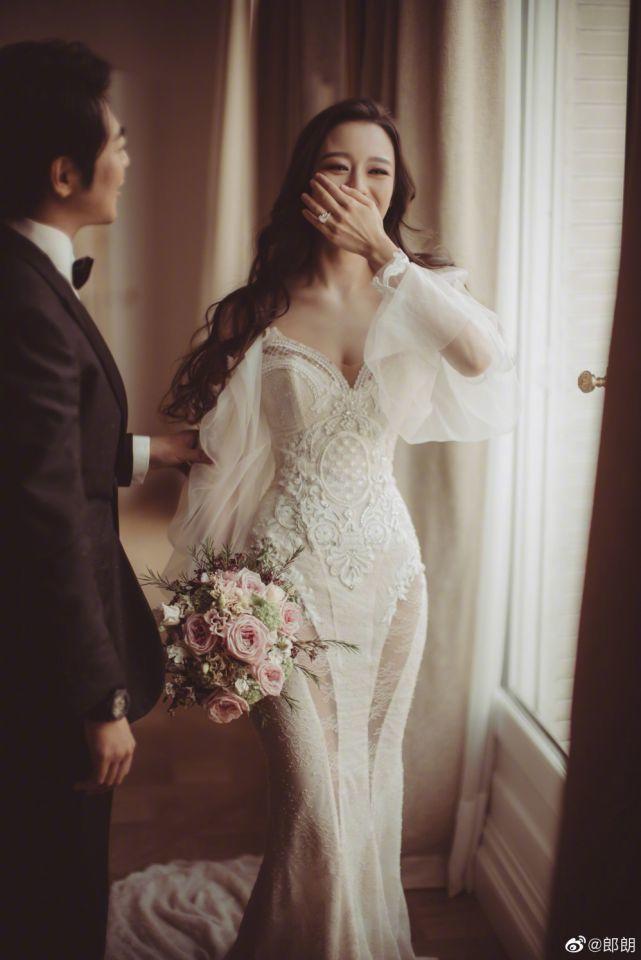 吉娜愛麗絲穿上以色列高級婚紗定製品牌Galia Lahav的禮服,腿部蕾絲鏤空的...