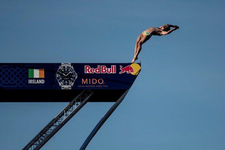 美度表在今年和Red Bull合作,一同支持紅牛懸崖跳水全球系列賽。圖/MIDO...