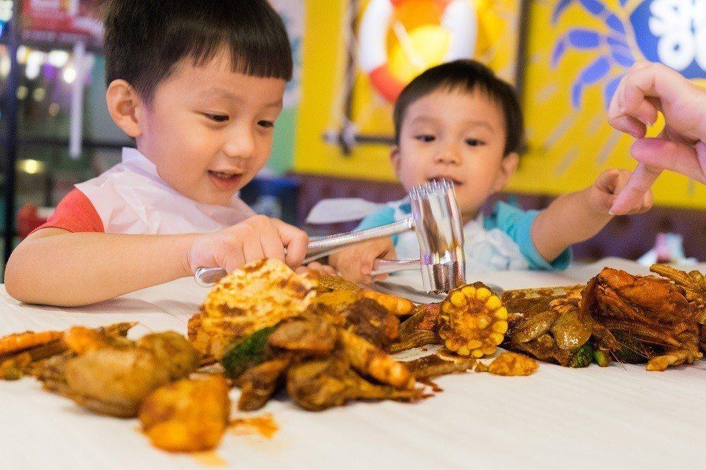 家庭桌巾上以醬料作畫,小朋友也能開心用餐。圖/SHELL OUT提供