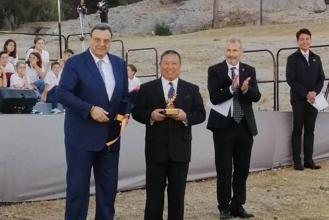 中華奧會林鴻道(左二)主席親赴希臘雅典受獎。圖/中華奧會提供