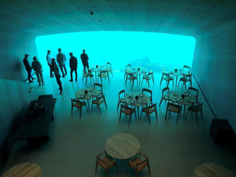 挪威首座水下餐廳「水下方」(Under)開張,吸引逾7000名饕客慕名預約,希望在魚群及大海環繞下享用美食。路透
