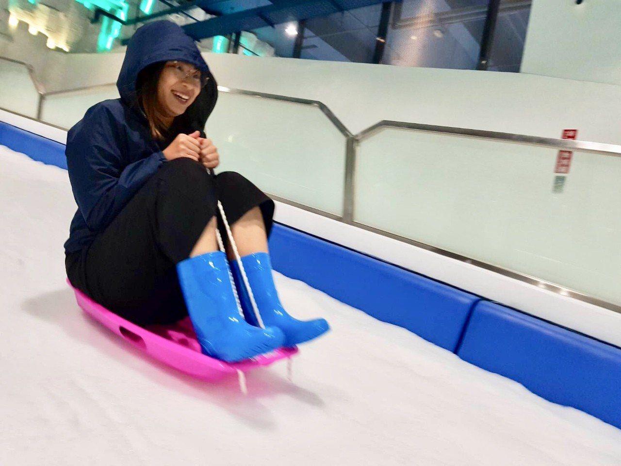 「SNOWTOWN雪樂地」玩滑雪。圖/威秀提供