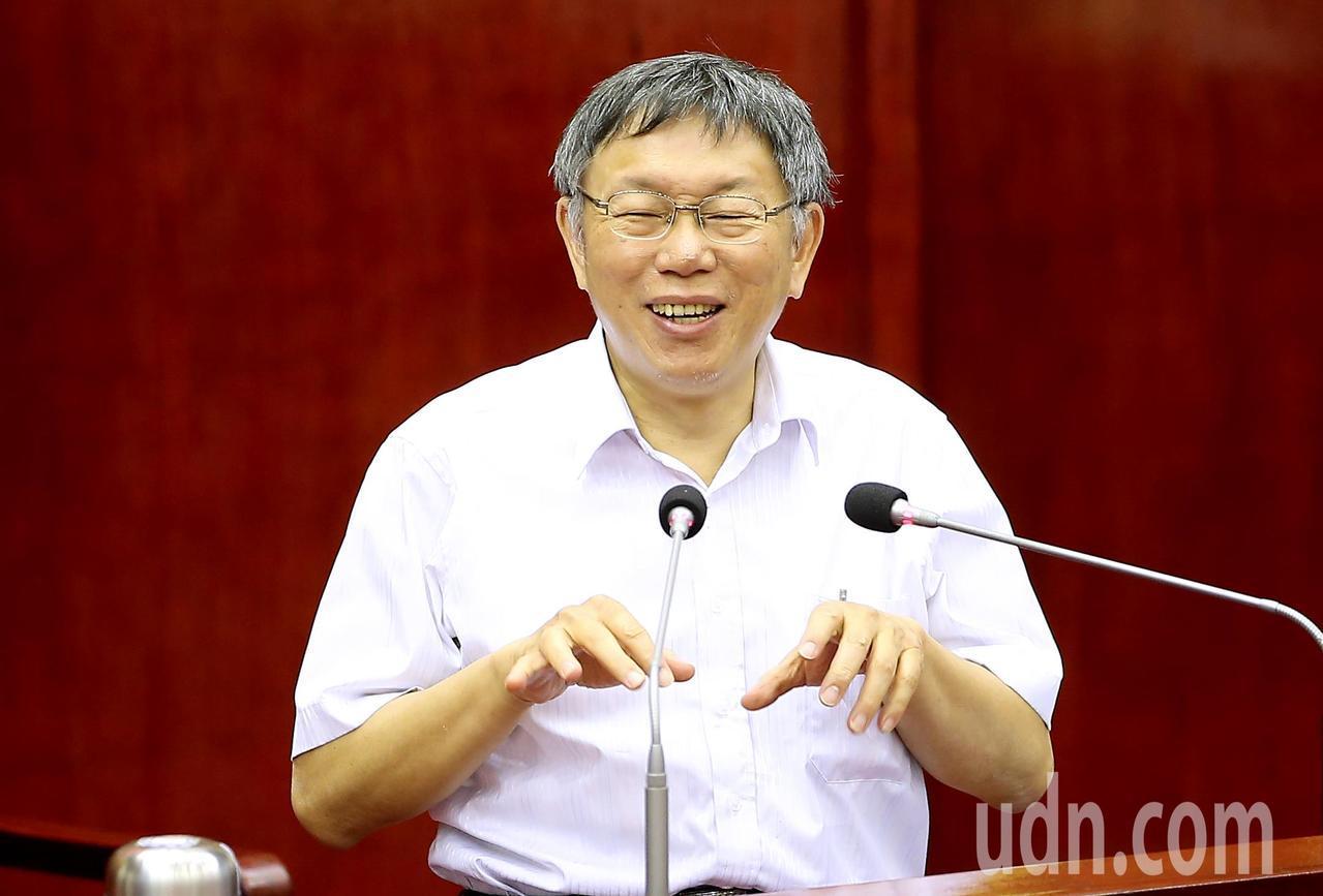 台北市長柯文哲笑說自己的活動不會有這麼多人來,大家都是在網路上看直播,網路上按讚...