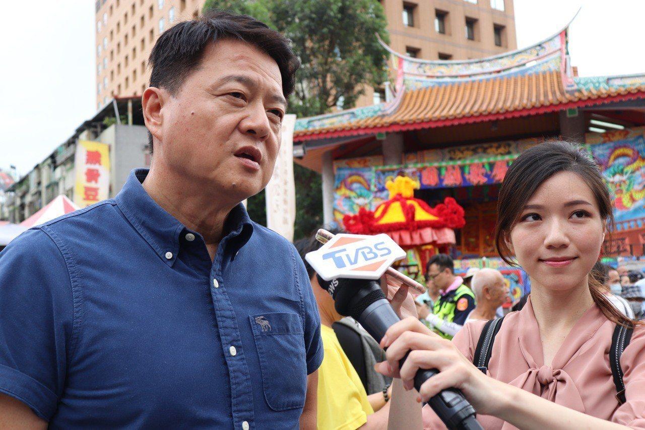 前台北縣長周錫瑋(左)被問到6月1日有數十萬民眾出席高雄市長韓國瑜在凱達格蘭大道...