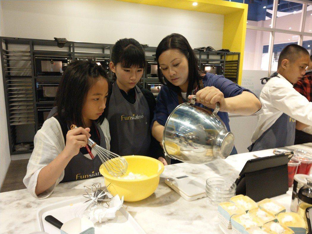 新光人壽慈善基金會邀請50位弱勢孩童到專業甜點教室上烘焙課。圖/新光人壽慈善基金...