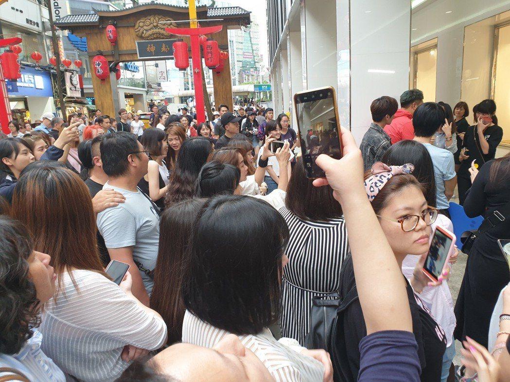 上百人搶看畢書盡。記者李姿瑩/攝影