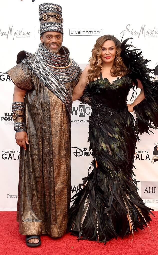 碧昂絲媽媽蒂娜諾爾斯和繼父理查勞森也以非常有非洲風的造型現身。圖/摘自E! On...