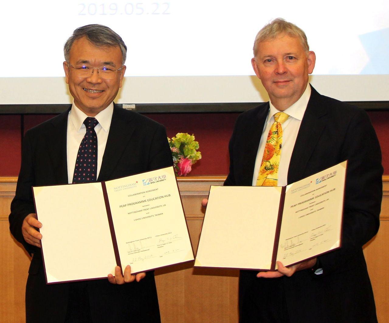 英國諾丁漢特倫特大學校長Prof. Cillian Ryan(右)與義大校長陳振...