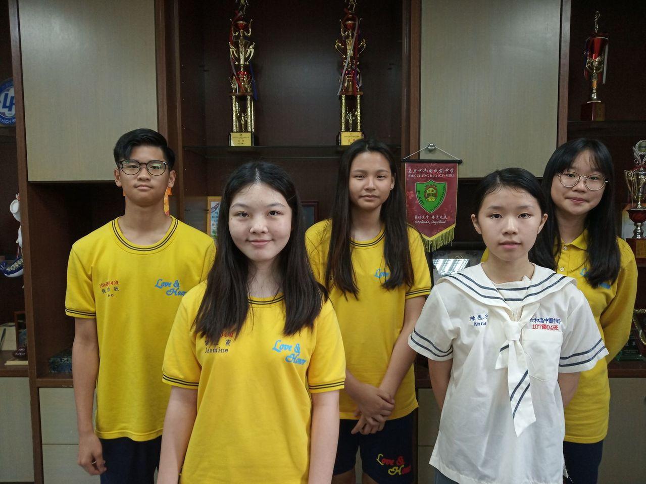 楚才盃作文競賽六和中學今年共有77人獲獎,一等獎得主後排左起張偉歆、范姜彩童、吳...