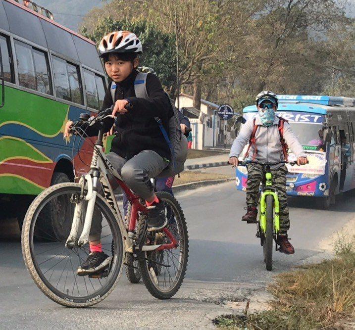 在波卡拉騎腳踏車前往「國際山岳博物館」的路上驚險狀況不斷。圖/公視提供