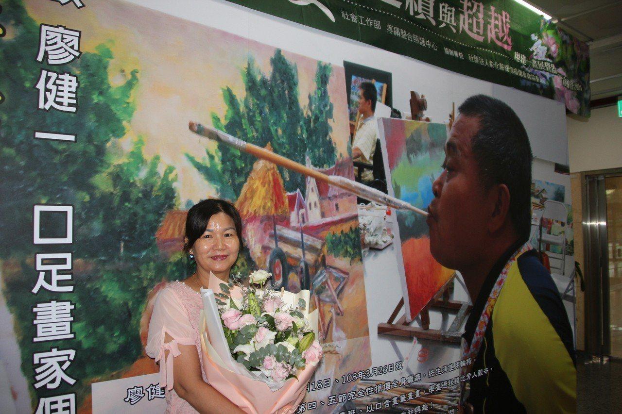 口足畫家廖健一今年3月去世,妻子廖麗靜幫他完成器捐心願,也幫丈夫圓了辦個展的夢,...