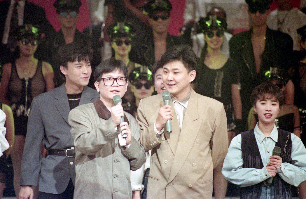 賀一航(右二)曾與鄭進一()一同主持節目。報系資料照片