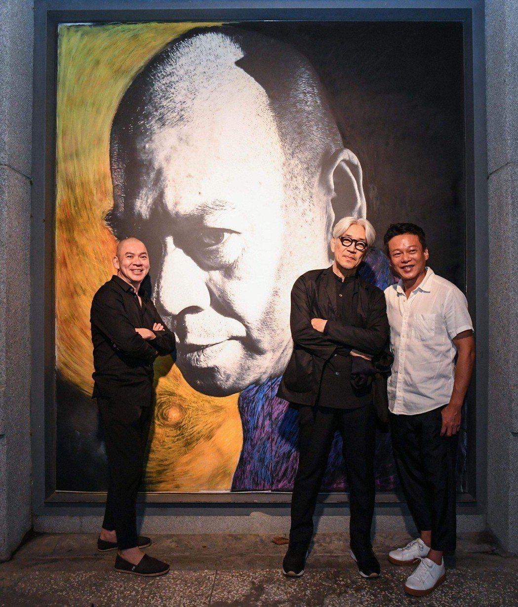 蔡明亮、坂本和李康生在展覽前合影。圖/明室影像提供