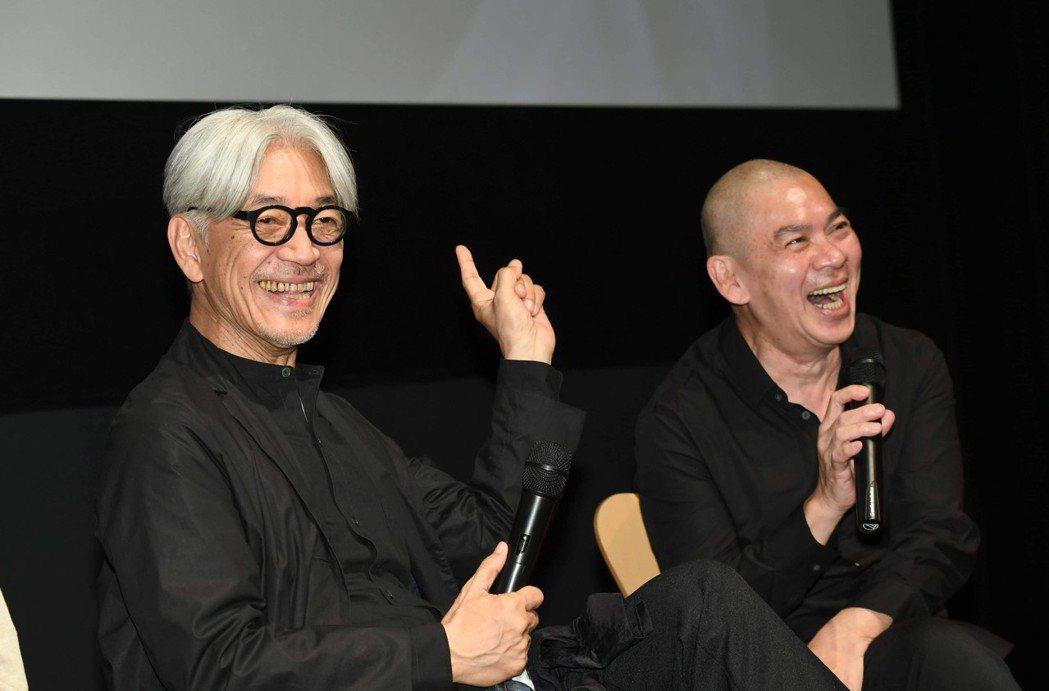 坂本龍一(左)和蔡明亮相談甚歡。圖/明室影像提供