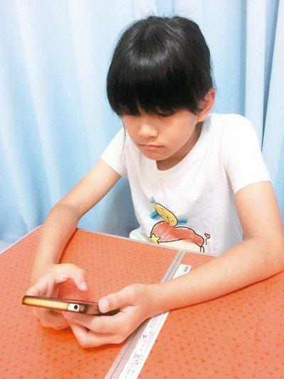 家人共同制定手機使用時間,間相互尊重和信任,違者手機沒收,禁用一周。 圖╱吳芳枝...